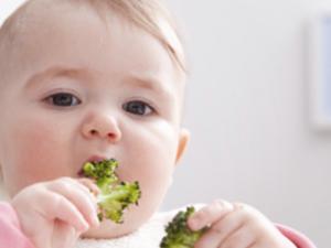 Los mejores trucos para que tu bebé empiece a comer fruta y verdura