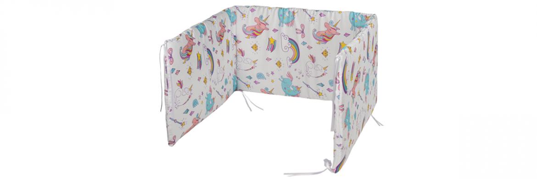 Protectores de cunas para bebes con estampado unicornio. Protector de cuan blanco con unicornios en colores pasteles.
